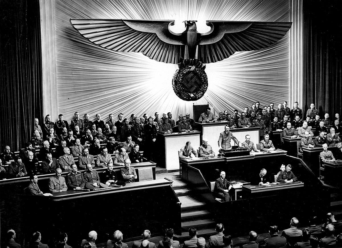 1200px-Bundesarchiv_Bild_183-1987-0703-507,_Berlin,_Reichstagssitzung,_Rede_Adolf_Hitler.jpg