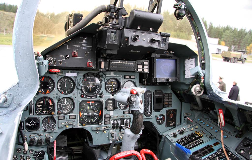 cockpit_of_sukhoi_su-27_2.jpg