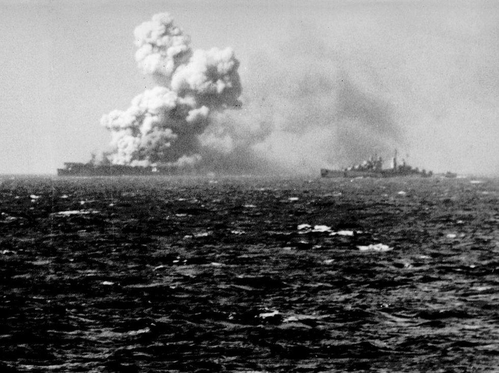 gallery-1465577875-uss-princeton-cvl-23-1944-10-24-1523explosion.jpg