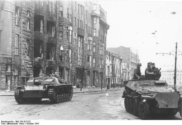 gallery-1465580203-bundesarchiv-bild-183-b13132-charkow-sturmgeschutz-und-schutzenpanzer.jpg