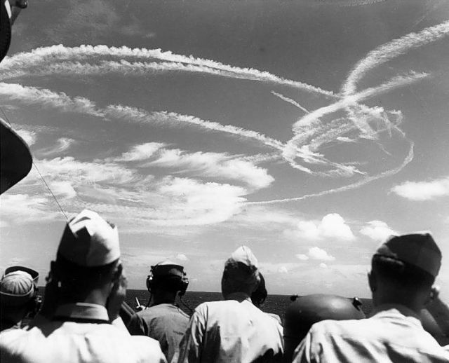 gallery-1465580790-fighter-plane-contrails-in-the-sky.jpg