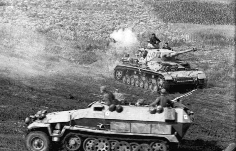 gallery-1465581098-bundesarchiv-bild-101i-219-0596-12-russland-panzer-iv-und-schutzenpanzer-in...jpg