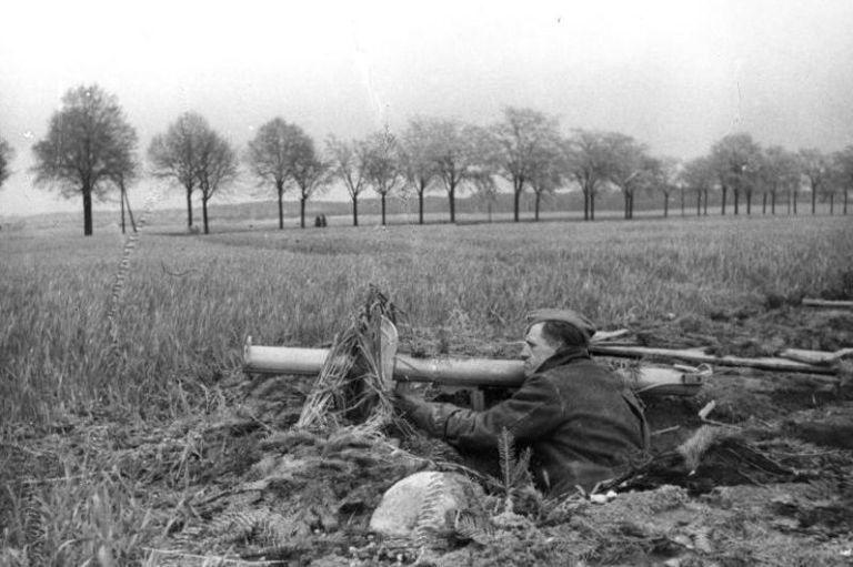 gallery-1466453782-bundesarchiv-bild-146-1985-092-29-vor-berlin-volkssturm-mit-panzerabwehrwaffe.jpg