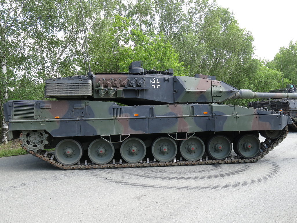 Leopard_2A7_right_side.JPG